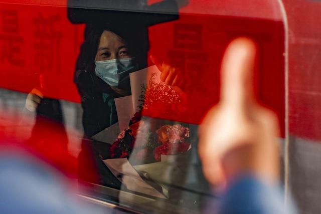 Hàng ngàn y bác sĩ xúc động đến rơi lệ khi chia tay Vũ Hán để về nhà: Cảm ơn, mọi người đã vất vả rồi! - Ảnh 5.