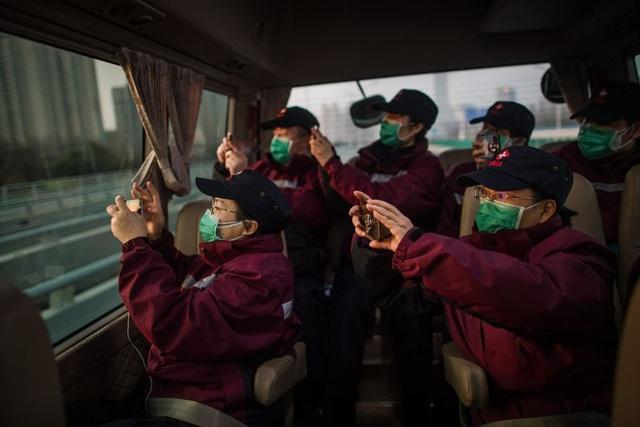 Hàng ngàn y bác sĩ xúc động đến rơi lệ khi chia tay Vũ Hán để về nhà: Cảm ơn, mọi người đã vất vả rồi! - Ảnh 8.