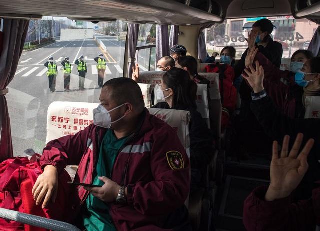 Hàng ngàn y bác sĩ xúc động đến rơi lệ khi chia tay Vũ Hán để về nhà: Cảm ơn, mọi người đã vất vả rồi! - Ảnh 7.
