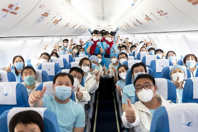 Hàng ngàn y bác sĩ xúc động đến rơi lệ khi chia tay Vũ Hán để về nhà: Cảm ơn, mọi người đã vất vả rồi! - Ảnh 12.