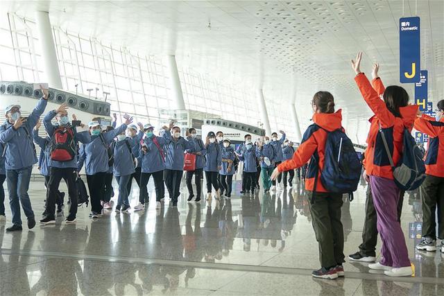 Hàng ngàn y bác sĩ xúc động đến rơi lệ khi chia tay Vũ Hán để về nhà: Cảm ơn, mọi người đã vất vả rồi! - Ảnh 13.