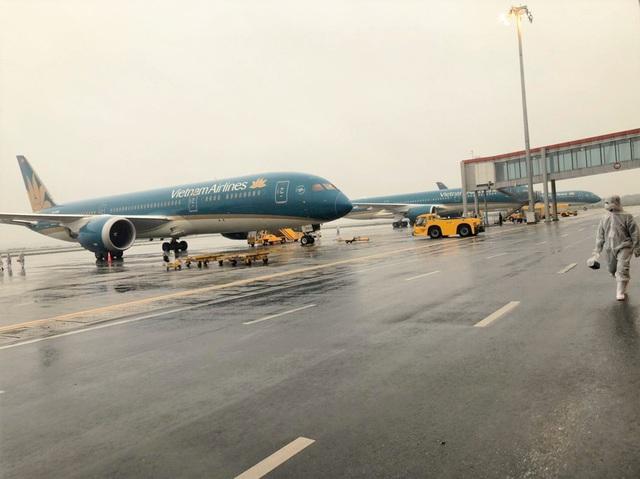 Bên trong những chuyến bay Vietnam Airlines đưa đồng bào về từ tâm dịch châu Âu - Ảnh 1.