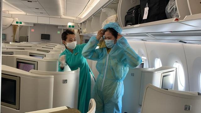 Bên trong những chuyến bay Vietnam Airlines đưa đồng bào về từ tâm dịch châu Âu - Ảnh 2.