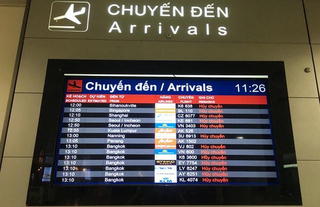 Người dân mặc đồ bảo hộ kín mít ra sân bay, ga quốc tế Tân Sơn Nhất hoang vắng lạ thường - Ảnh 2.