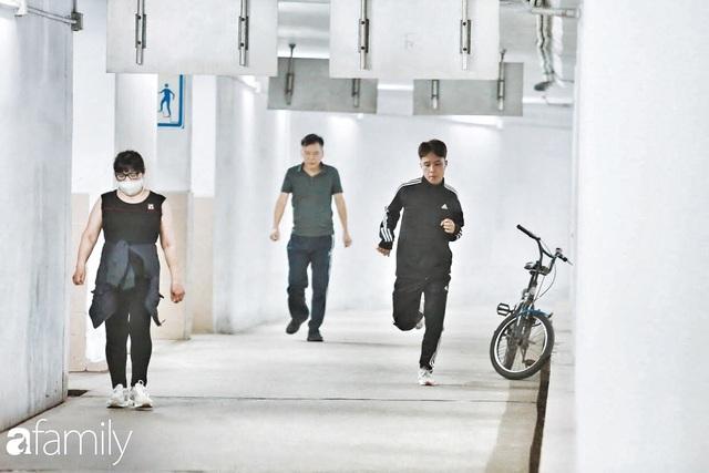 Kỳ lạ giữa Hà Nội mùa dịch: Trên đường vắng tanh, già trẻ, lớn bé rủ nhau xuống hầm tập thể thao nâng cao sức khỏe - Ảnh 10.