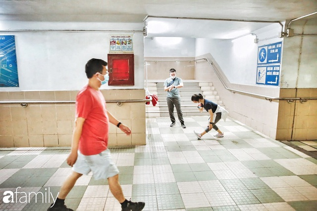 Kỳ lạ giữa Hà Nội mùa dịch: Trên đường vắng tanh, già trẻ, lớn bé rủ nhau xuống hầm tập thể thao nâng cao sức khỏe - Ảnh 15.