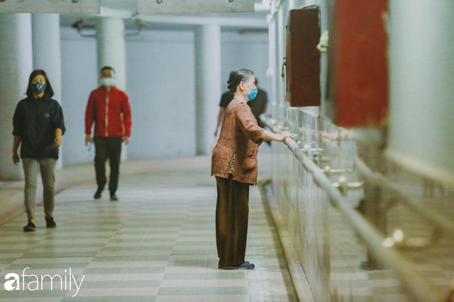Kỳ lạ giữa Hà Nội mùa dịch: Trên đường vắng tanh, già trẻ, lớn bé rủ nhau xuống hầm tập thể thao nâng cao sức khỏe - Ảnh 16.