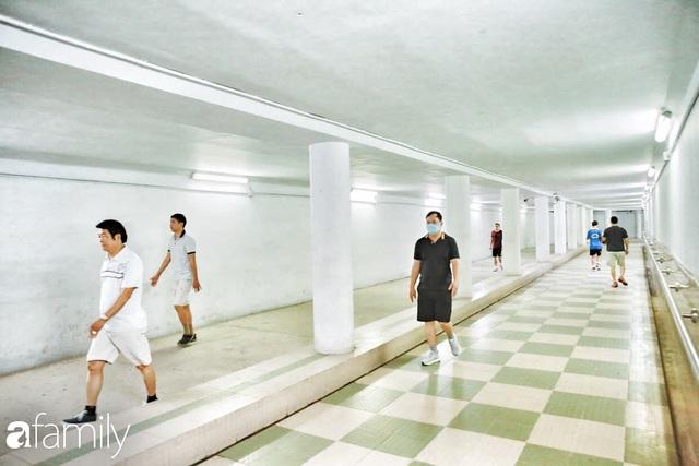 Kỳ lạ giữa Hà Nội mùa dịch: Trên đường vắng tanh, già trẻ, lớn bé rủ nhau xuống hầm tập thể thao nâng cao sức khỏe - Ảnh 17.