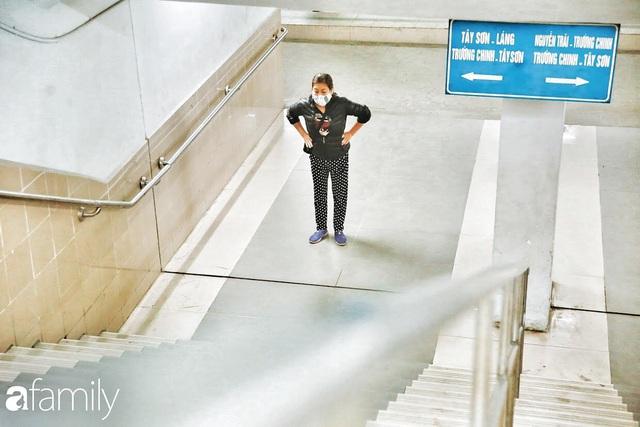Kỳ lạ giữa Hà Nội mùa dịch: Trên đường vắng tanh, già trẻ, lớn bé rủ nhau xuống hầm tập thể thao nâng cao sức khỏe - Ảnh 2.