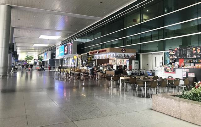 Người dân mặc đồ bảo hộ kín mít ra sân bay, ga quốc tế Tân Sơn Nhất hoang vắng lạ thường - Ảnh 3.