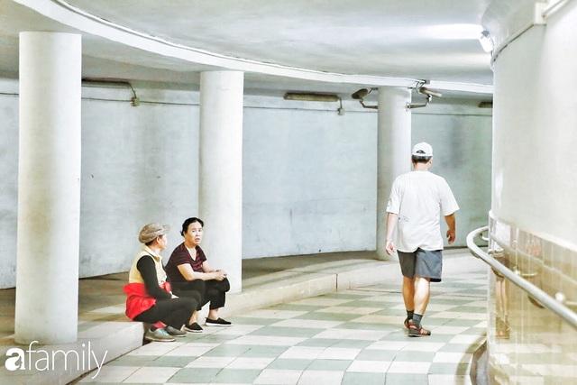 Kỳ lạ giữa Hà Nội mùa dịch: Trên đường vắng tanh, già trẻ, lớn bé rủ nhau xuống hầm tập thể thao nâng cao sức khỏe - Ảnh 21.