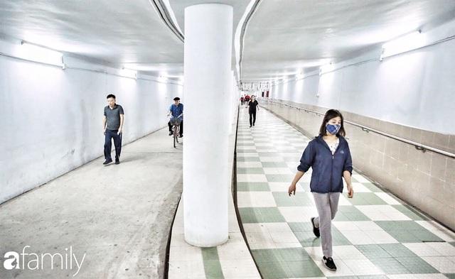 Kỳ lạ giữa Hà Nội mùa dịch: Trên đường vắng tanh, già trẻ, lớn bé rủ nhau xuống hầm tập thể thao nâng cao sức khỏe - Ảnh 5.