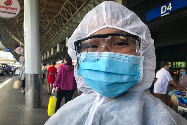 Người dân mặc đồ bảo hộ kín mít ra sân bay, ga quốc tế Tân Sơn Nhất hoang vắng lạ thường - Ảnh 7.