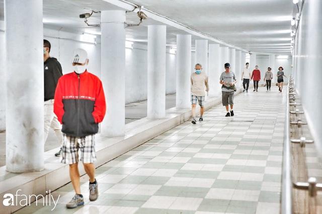 Kỳ lạ giữa Hà Nội mùa dịch: Trên đường vắng tanh, già trẻ, lớn bé rủ nhau xuống hầm tập thể thao nâng cao sức khỏe - Ảnh 7.