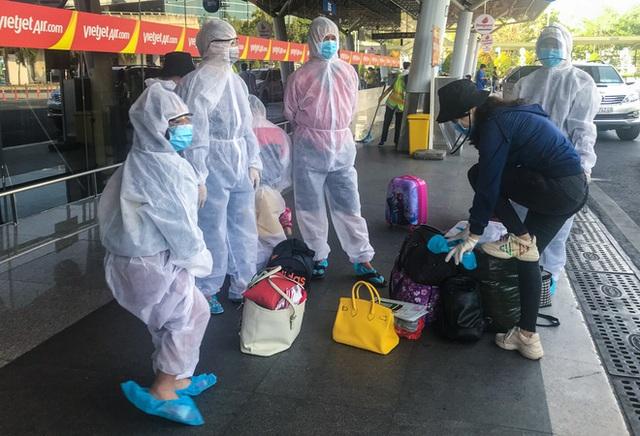 Người dân mặc đồ bảo hộ kín mít ra sân bay, ga quốc tế Tân Sơn Nhất hoang vắng lạ thường - Ảnh 8.
