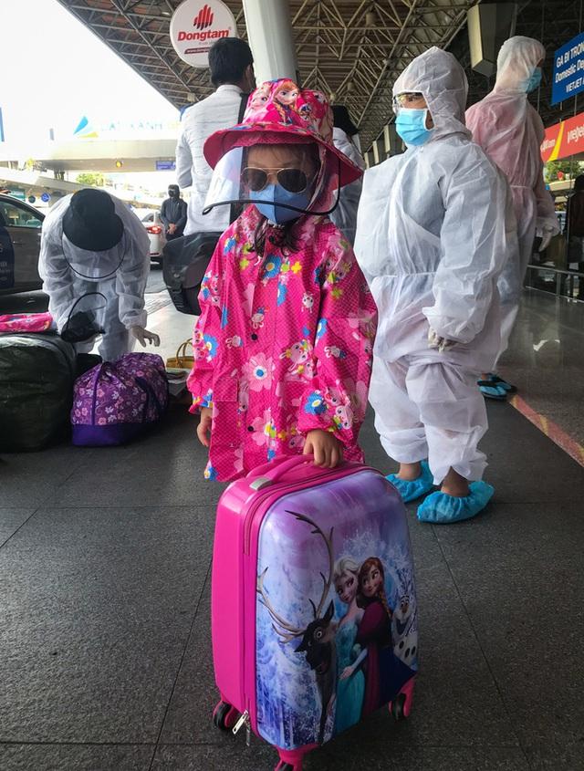 Người dân mặc đồ bảo hộ kín mít ra sân bay, ga quốc tế Tân Sơn Nhất hoang vắng lạ thường - Ảnh 9.