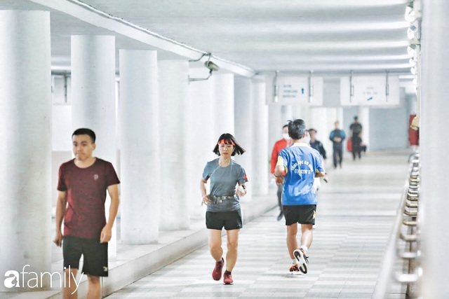 Kỳ lạ giữa Hà Nội mùa dịch: Trên đường vắng tanh, già trẻ, lớn bé rủ nhau xuống hầm tập thể thao nâng cao sức khỏe - Ảnh 9.