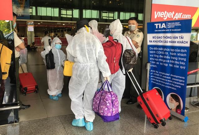 Người dân mặc đồ bảo hộ kín mít ra sân bay, ga quốc tế Tân Sơn Nhất hoang vắng lạ thường - Ảnh 10.