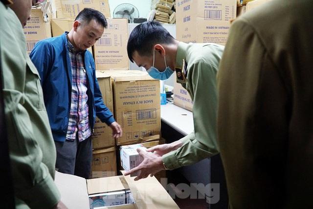Tạm giữ 500.000 chiếc khẩu trang y tế không rõ nguồn gốc ở Hà Nội - Ảnh 2.