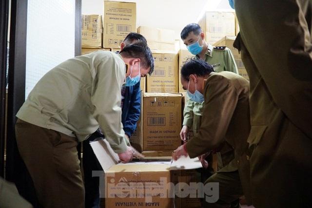 Tạm giữ 500.000 chiếc khẩu trang y tế không rõ nguồn gốc ở Hà Nội - Ảnh 6.