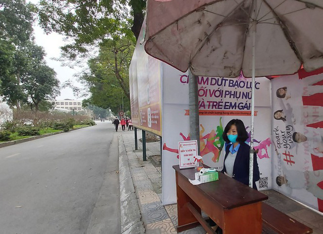 Đủ chiêu phòng dịch ngày đầu tiên sinh viên Hà Nội trở lại giảng đường  - Ảnh 2.