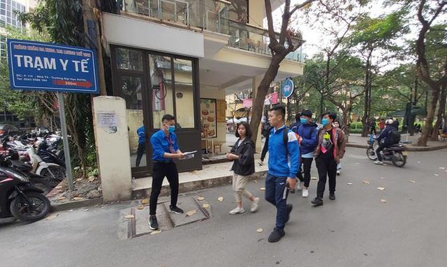 Đủ chiêu phòng dịch ngày đầu tiên sinh viên Hà Nội trở lại giảng đường  - Ảnh 11.