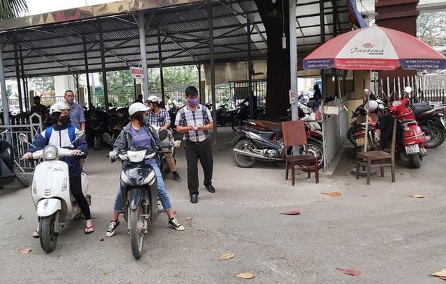 Đủ chiêu phòng dịch ngày đầu tiên sinh viên Hà Nội trở lại giảng đường  - Ảnh 12.