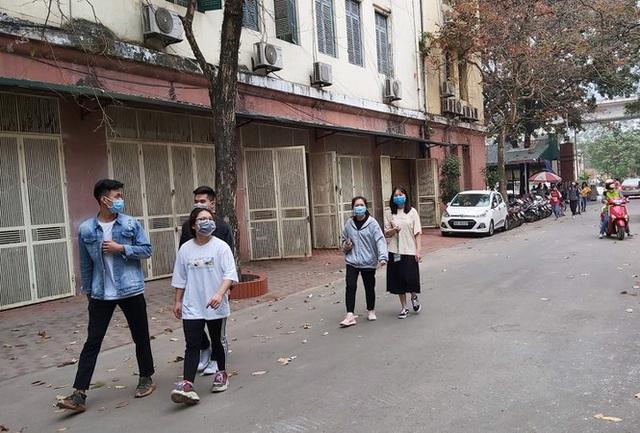 Đủ chiêu phòng dịch ngày đầu tiên sinh viên Hà Nội trở lại giảng đường  - Ảnh 13.