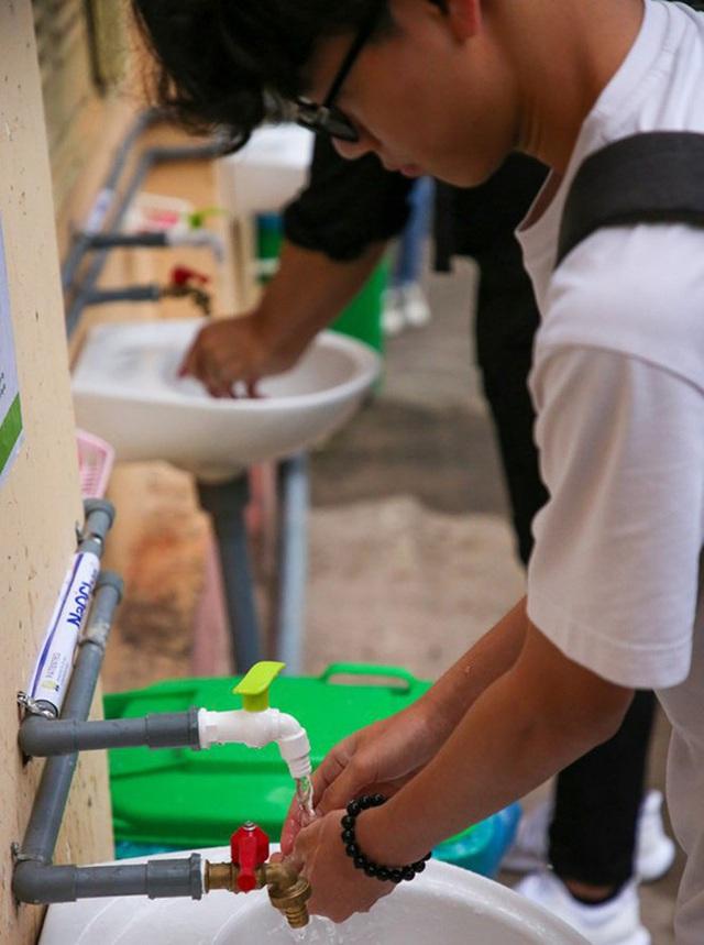 Đủ chiêu phòng dịch ngày đầu tiên sinh viên Hà Nội trở lại giảng đường  - Ảnh 14.