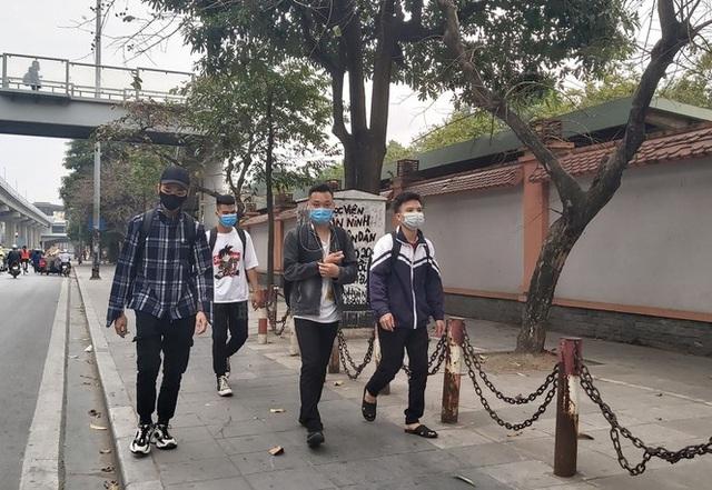 Đủ chiêu phòng dịch ngày đầu tiên sinh viên Hà Nội trở lại giảng đường  - Ảnh 15.