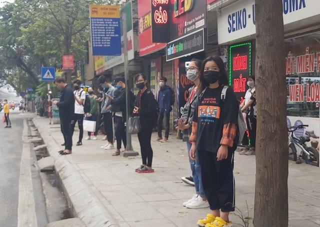 Đủ chiêu phòng dịch ngày đầu tiên sinh viên Hà Nội trở lại giảng đường  - Ảnh 16.