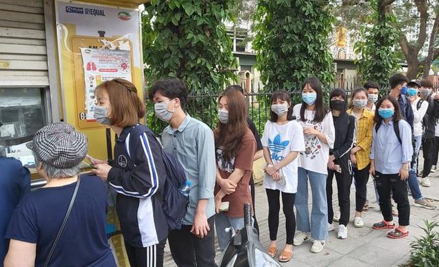 Đủ chiêu phòng dịch ngày đầu tiên sinh viên Hà Nội trở lại giảng đường  - Ảnh 17.