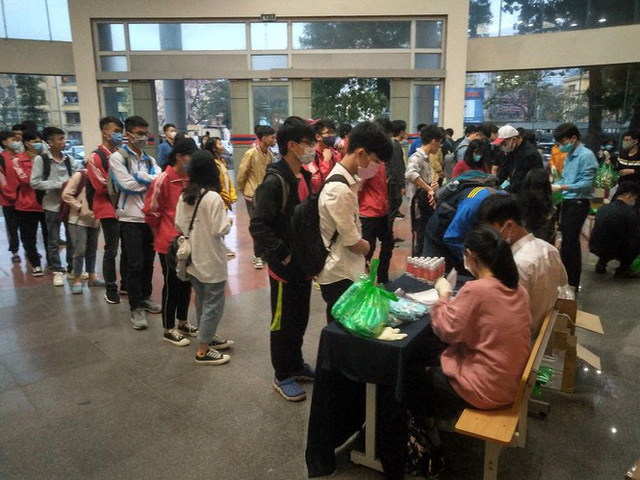 Đủ chiêu phòng dịch ngày đầu tiên sinh viên Hà Nội trở lại giảng đường  - Ảnh 3.