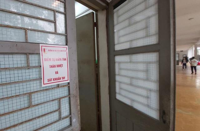 Đủ chiêu phòng dịch ngày đầu tiên sinh viên Hà Nội trở lại giảng đường  - Ảnh 4.