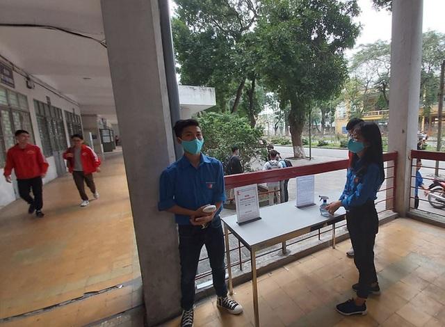 Đủ chiêu phòng dịch ngày đầu tiên sinh viên Hà Nội trở lại giảng đường  - Ảnh 5.