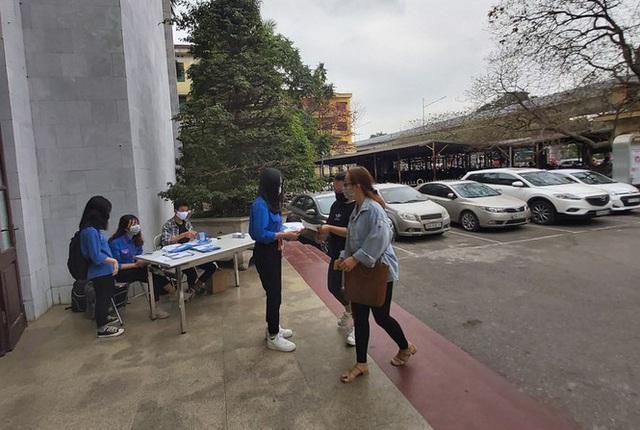 Đủ chiêu phòng dịch ngày đầu tiên sinh viên Hà Nội trở lại giảng đường  - Ảnh 6.