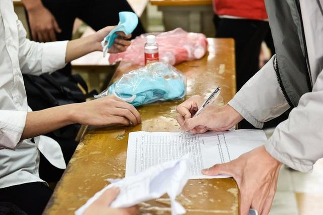 Đủ chiêu phòng dịch ngày đầu tiên sinh viên Hà Nội trở lại giảng đường  - Ảnh 7.