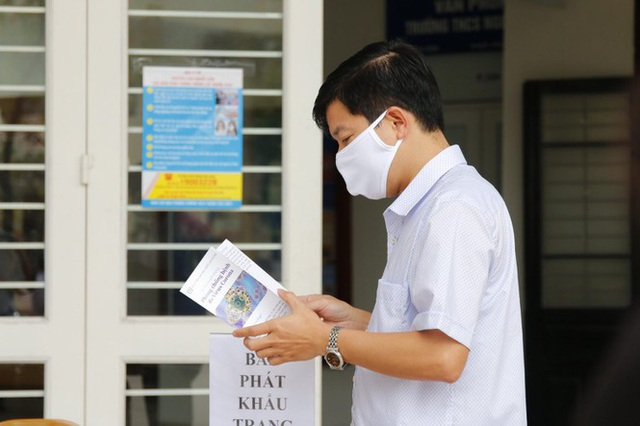 Đủ chiêu phòng dịch ngày đầu tiên sinh viên Hà Nội trở lại giảng đường  - Ảnh 8.