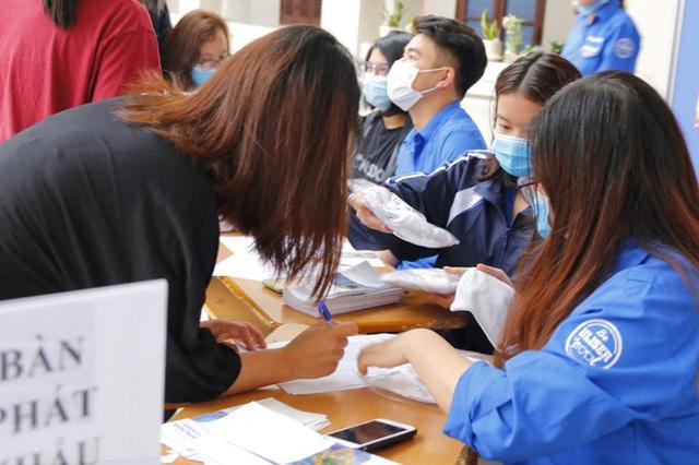 Đủ chiêu phòng dịch ngày đầu tiên sinh viên Hà Nội trở lại giảng đường  - Ảnh 9.