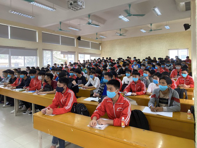 Đủ chiêu phòng dịch ngày đầu tiên sinh viên Hà Nội trở lại giảng đường  - Ảnh 10.