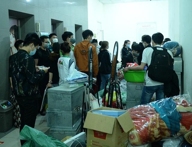Gần 1000 sinh viên chuyển đồ thâu đêm để nhường chỗ cho người cách ly Covid-19 - Ảnh 2.