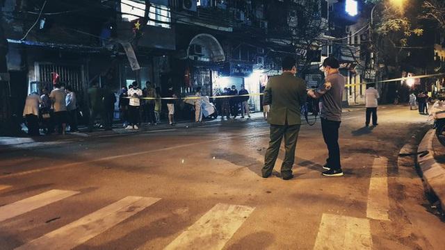 Cận cảnh thời khắc gỡ lệnh cách ly ở phố Trúc Bạch - Ảnh 1.