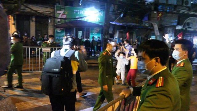 Cận cảnh thời khắc gỡ lệnh cách ly ở phố Trúc Bạch - Ảnh 16.