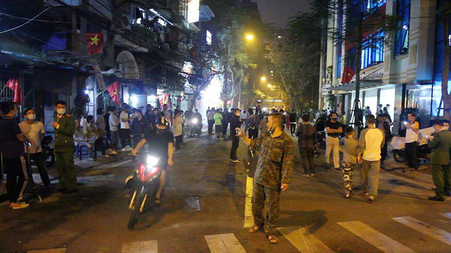 Cận cảnh thời khắc gỡ lệnh cách ly ở phố Trúc Bạch - Ảnh 18.