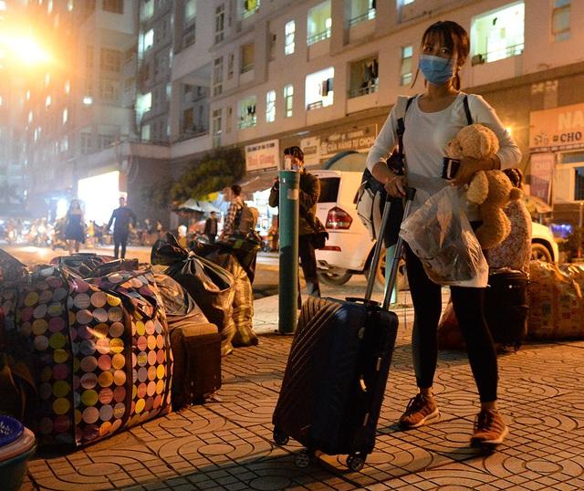 Gần 1000 sinh viên chuyển đồ thâu đêm để nhường chỗ cho người cách ly Covid-19 - Ảnh 6.