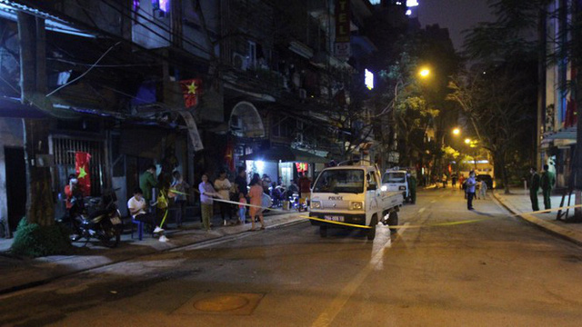 Cận cảnh thời khắc gỡ lệnh cách ly ở phố Trúc Bạch - Ảnh 8.