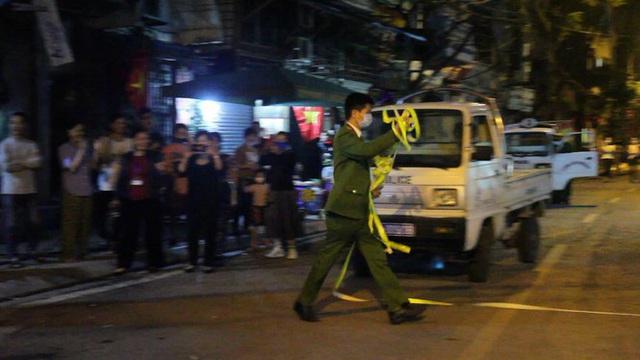 Cận cảnh thời khắc gỡ lệnh cách ly ở phố Trúc Bạch - Ảnh 9.
