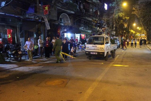 Cận cảnh thời khắc gỡ lệnh cách ly ở phố Trúc Bạch - Ảnh 10.