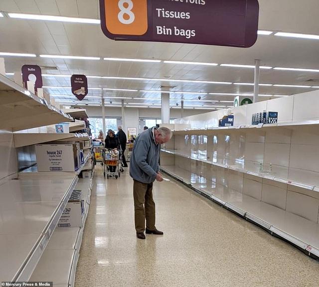 """Cụ ông trong bức ảnh đứng bất lực giữa siêu thị trống trơn """"gây bão"""" MXH lần đầu lên tiếng, hé lộ những điều xúc động về tình người giữa dịch Covid-19 - Ảnh 1."""