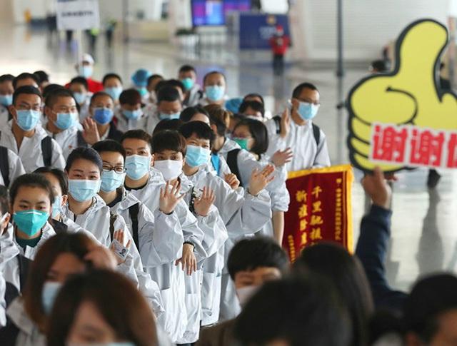 [Ảnh] Hoàn thành sứ mệnh lịch sử, đội ngũ bác sĩ chi viện bùi ngùi rời Vũ Hán - Ảnh 1.